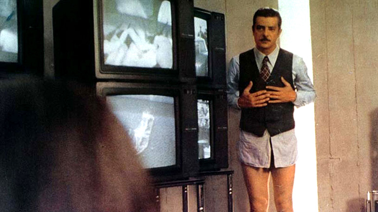 Giancarlo Giannini is caught with his trousers down in Buone notizie