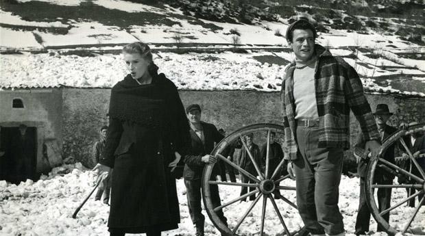 Silvana Mangano and  Yves Montand in Uomini e lupi